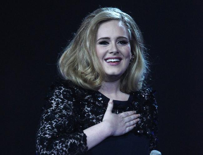 """""""Que honra inacreditável"""", diz Adele à Columbia Records sobre ganhar certificado de diamante"""